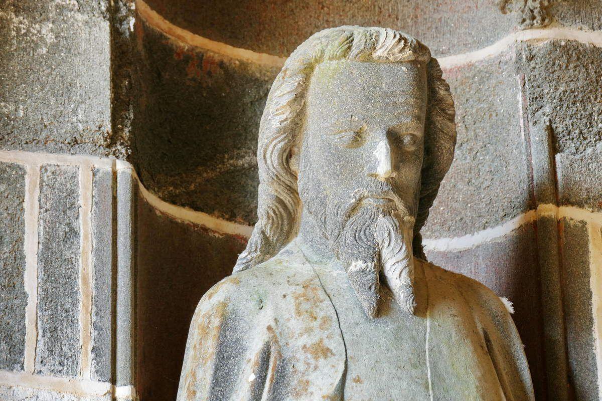 Apôtre n°10, intérieur du Porche des Apôtres, coté nord (kersanton, vers 1423-1433) , Collégiale du Folgoët. Photographie lavieb-aile avril 2017.