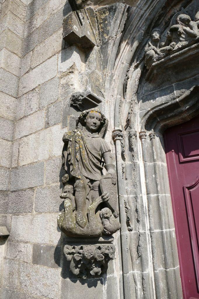 Saint Michel terrassant le dragon, (kersanton, Atelier du Folgoët,  1423-1433), Porche occidental de la Collégiale du Folgoët, photographie lavieb-aile avril 2017.