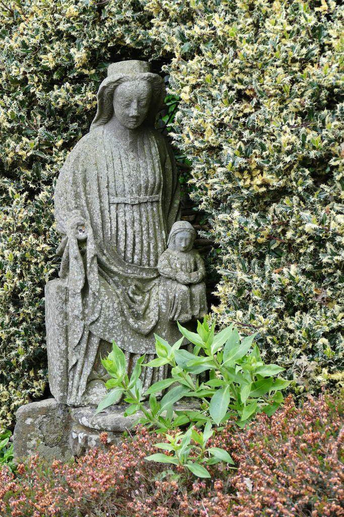 Anne éducatrice, fragment, jardin du Musée du Folgoët. Photographie lavieb-aile mai 2017.