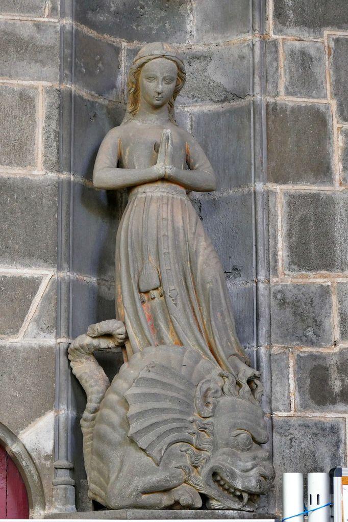 Sainte Marguerite issant du dragon. Kersanton, traces de polychromie rouge, Atelier du Maître du Folgoët (1423-1433) ; Collégiale du Folgoët, photographie lavieb-aile avril 2017.