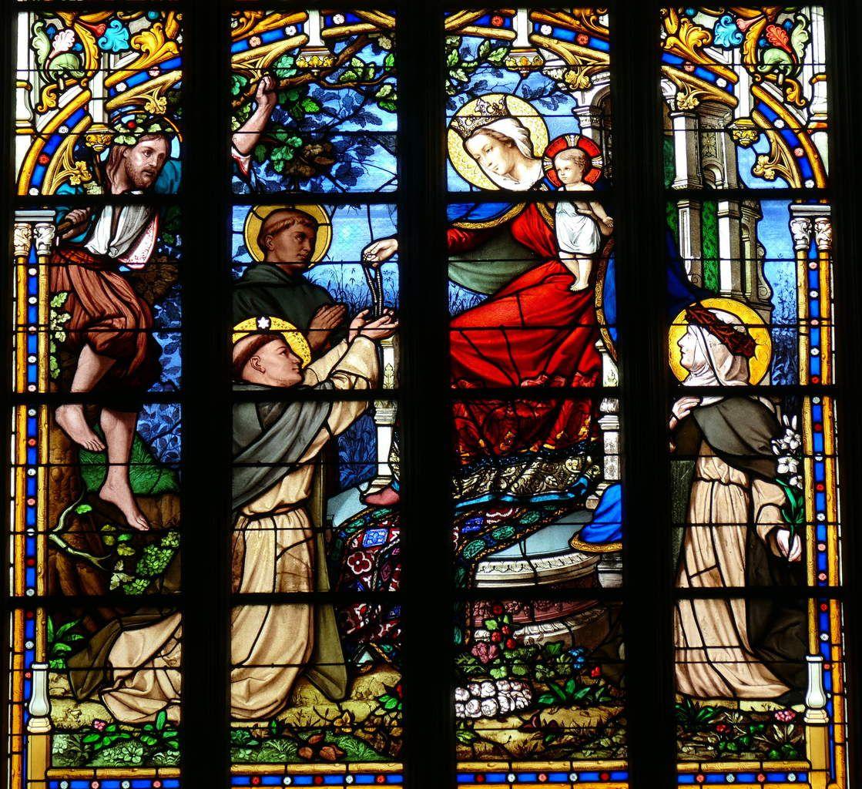 Vitrail du Don du Rosaire, (baie axiale ou baie 0), Émile Hirsch 1866. Basilique du Folgoët. Photographie lavieb-aile mai 2017.