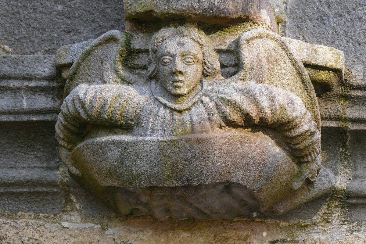 Culot de la statue précédente, kersanton, contrefort droit de la façade occidentale du Porche des Apôtres, Abbaye de Daoulas, photographie lavieb-aile février 2017.