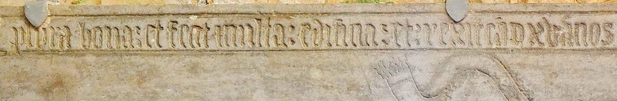 Pierre tombale de Charles Jégou, abbé de Daoulas de 1520 à 1535. Angle sud-ouest de l'ancienne abbatiale, photographie lavieb-aile juin 2017.