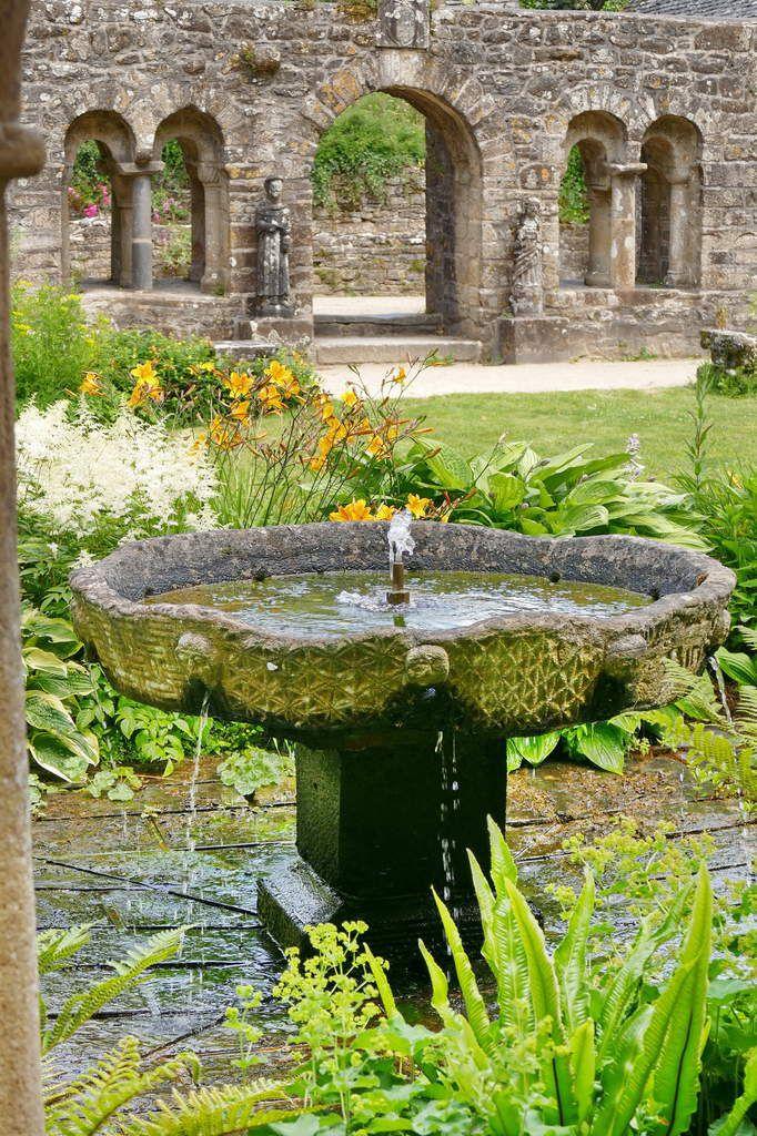 Vasque du  cloître de l'abbaye de Daoulas. Photographie lavieb-aile juin 2017.