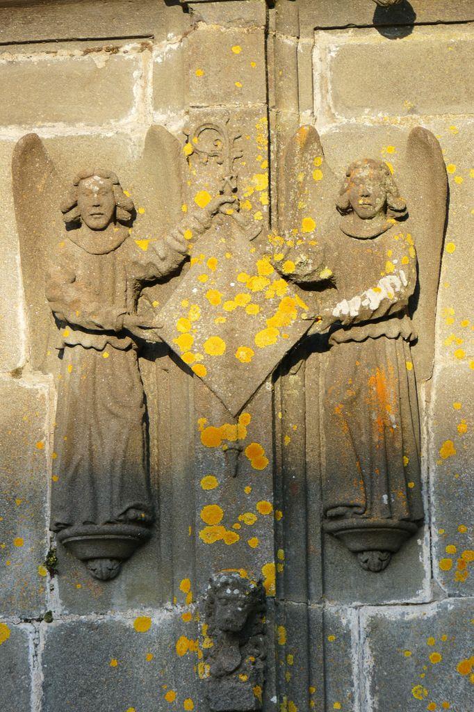 Écu de droite du registre inférieur, kersanton, 1524-1538,  élévation ouest de l'église Notre-Dame-de-Bonne-Nouvelle à l'Hôpital-Camfrout. Photographie lavieb-aile février 2017.