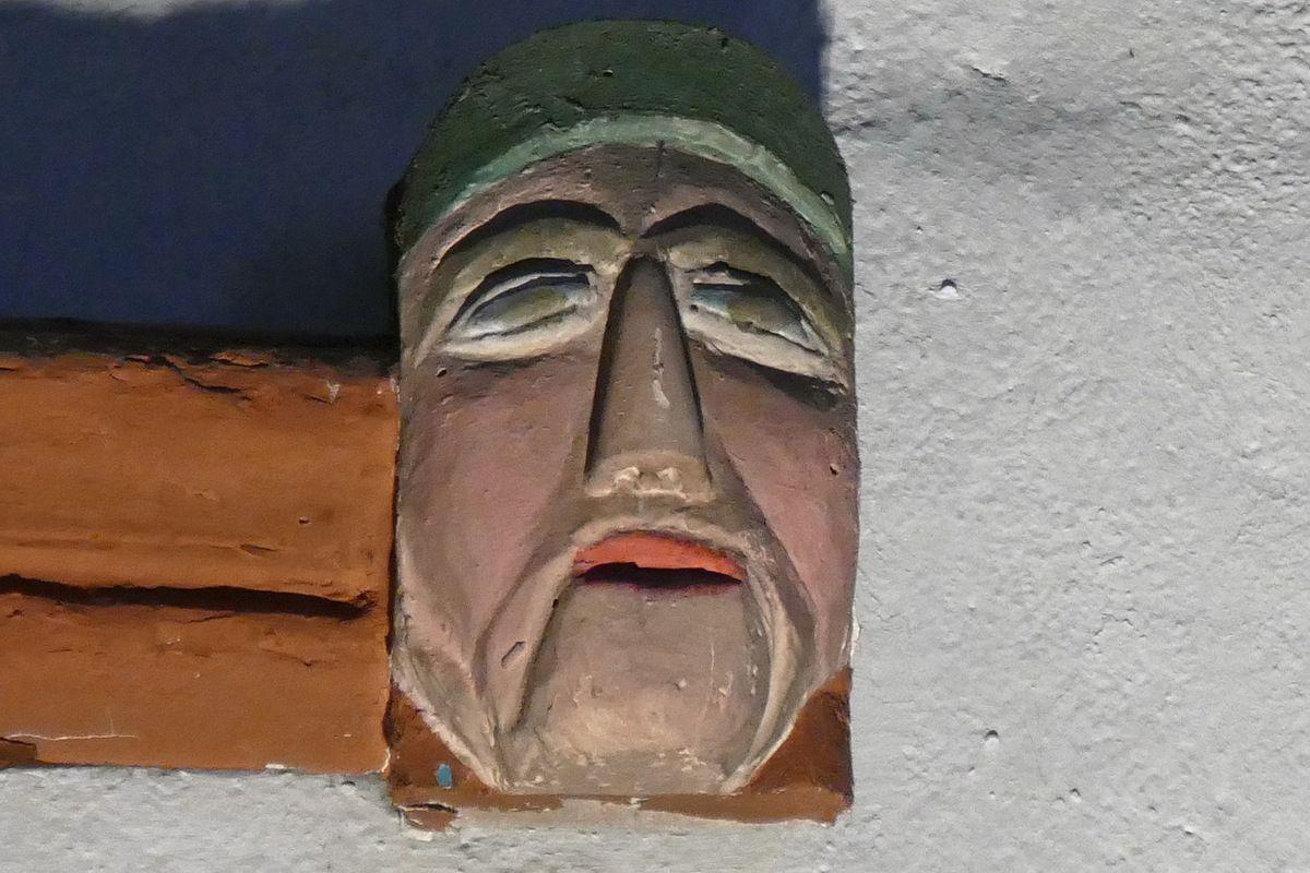 Masque du coté nord de la nef de l'église Notre-Dame-de-Bonne-Nouvelle à l'Hôpital-Camfrout. Photographie lavieb-aile juin 2017.