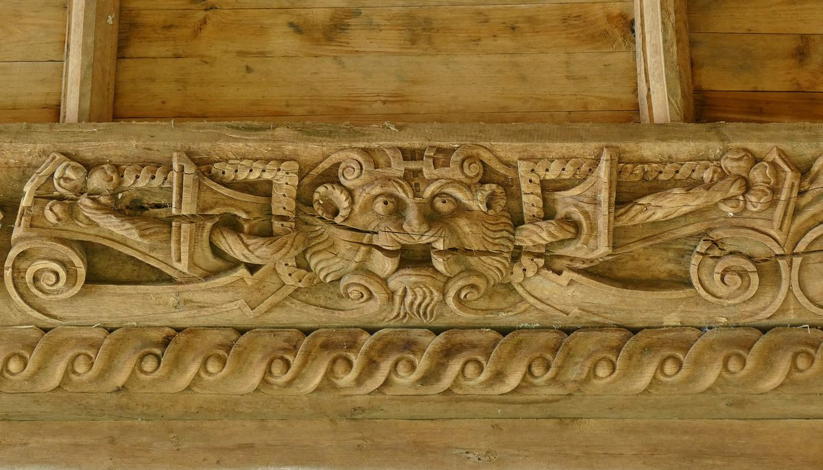 Volutes et cuir à la tête de lion, première sablière  par le Maître de Pleyben v. 1575, quatrième travée du bas-coté nord, chapelle Sainte-Marie-du-Ménez-Hom.  Photographie lavieb-aile juillet 2017.