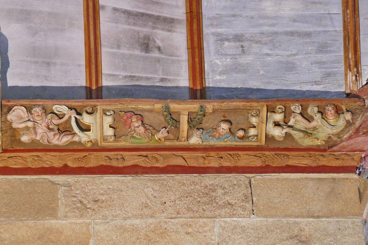 Judas face au grand prêtre au pied de la Croix, première sablière du coté oriental du transept nord, atelier du Maître de Pleyben (vers 1571), église Saint-Germain de Pleyben. Photographie lavieb-aile juillet 2017.