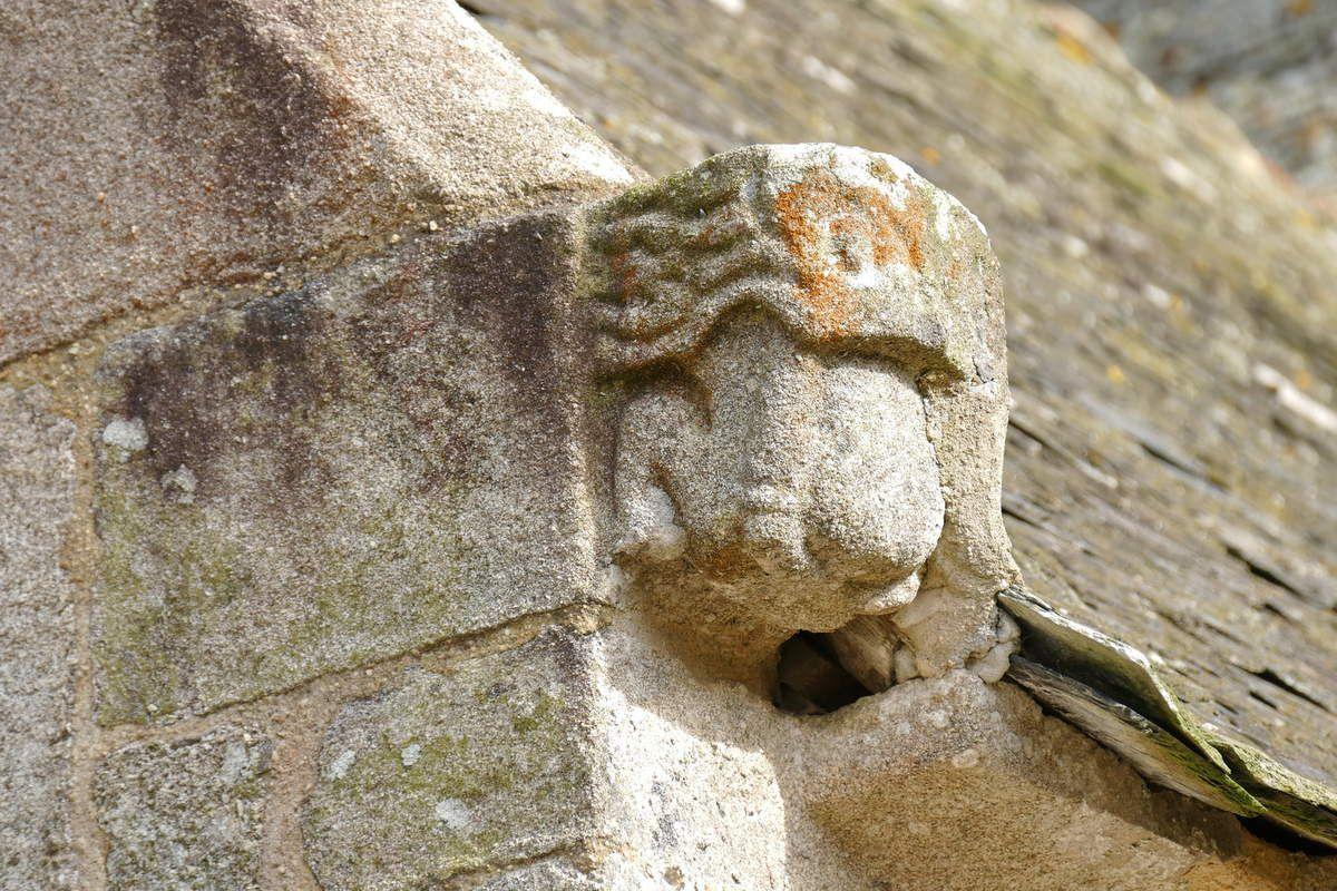 Crossettes du coté nord de l'église Notre-Dame-de-Croas-Batz (1522-1545) à Roscoff. Photographie lavieb-aile juillet 2017.