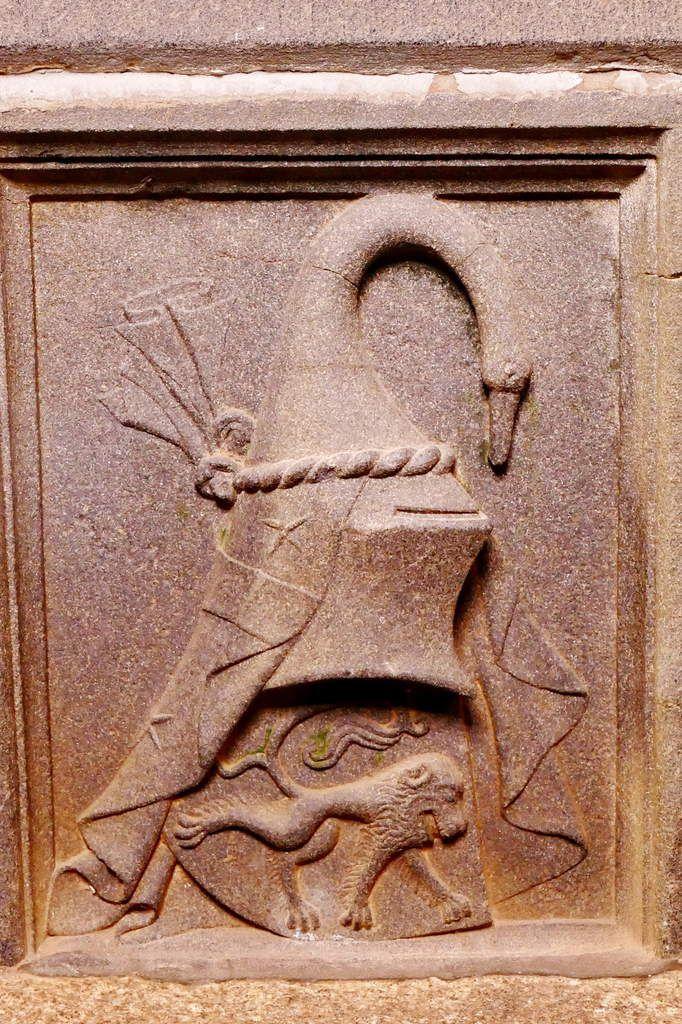 Armoiries du coté droit du soubassement du tombeau de Jean de Kerouzéré (vers 1460), kersanton, premier atelier du Folgoët. Église Saint-Pierre à Sibiril. Photographie lavieb-aile août 2017.
