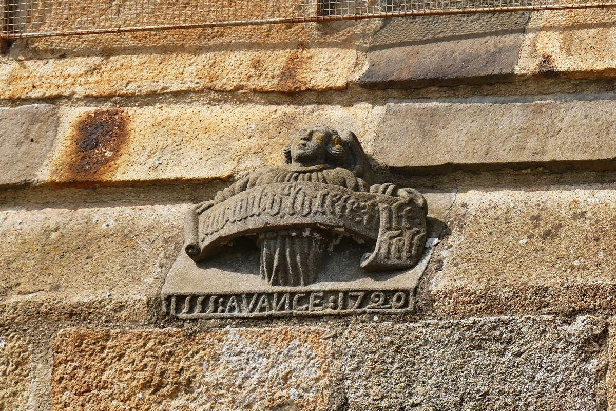 Ange et inscription (kersanton, 1555 et 1720)  de la baie du chevet  de l'église Sainte-Pitère de Le Tréhou. Photographies lavieb-aile août 2017.