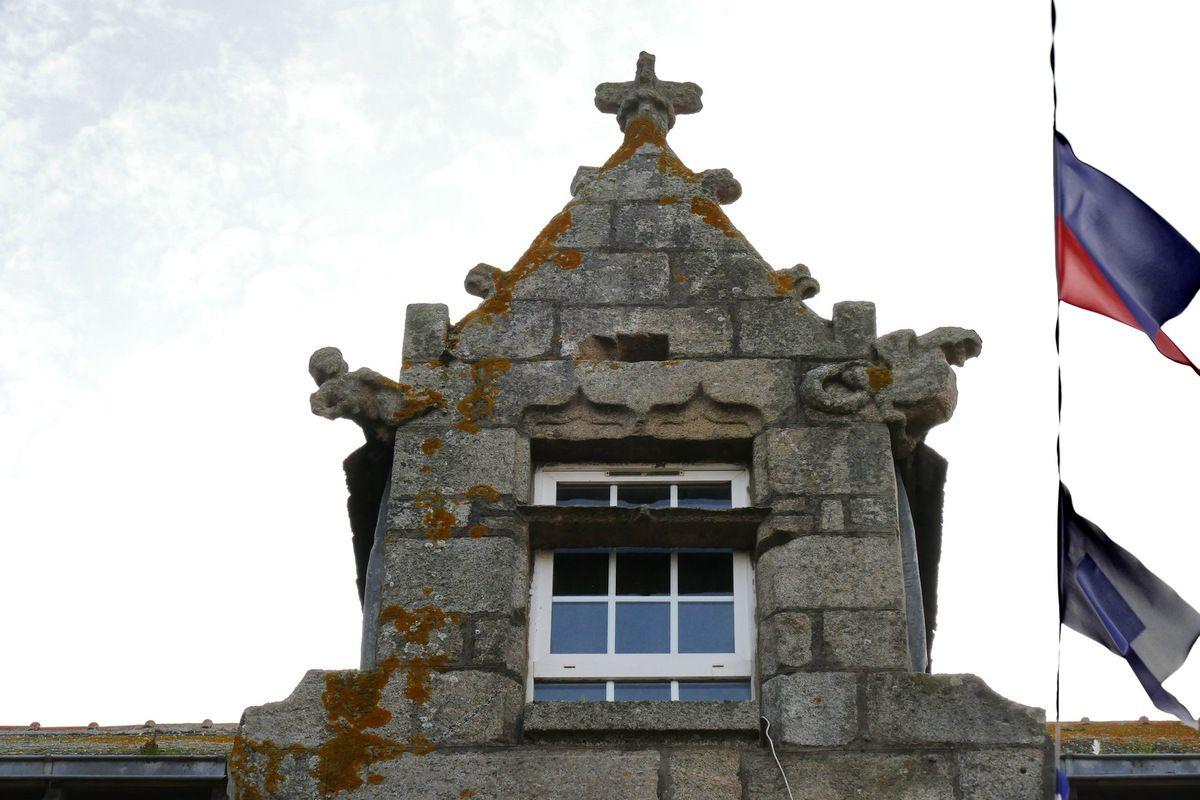 Lucarne  (granite, seconde moitié XVIe) de la lucarne du 32 rue Amiral-Réveillère à Roscoff. Photographie lavieb-aile août 2017.