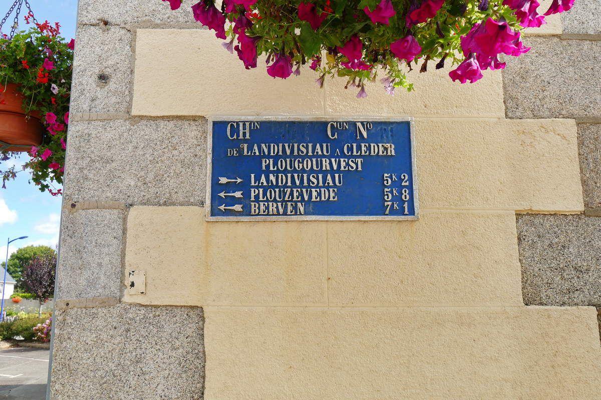 Plaque de cocher du chemin d'intérêt commun Cléder-Landivisiau n° 21 à Plougourvest. Photographie lavieb-aile août 2017.