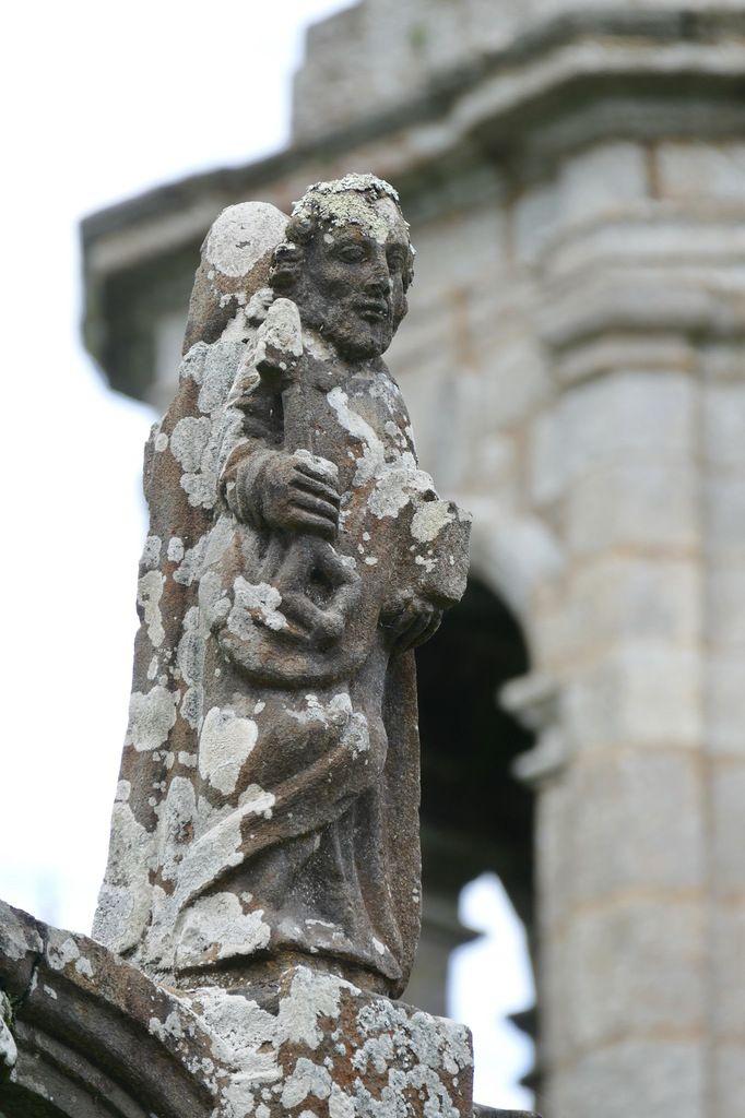 Statue géminée  (Kersanton, vers 1533) du calvaire de l'église de Pont-Christ  à La Roche-Maurice. Photographie lavieb-aile août 2017.