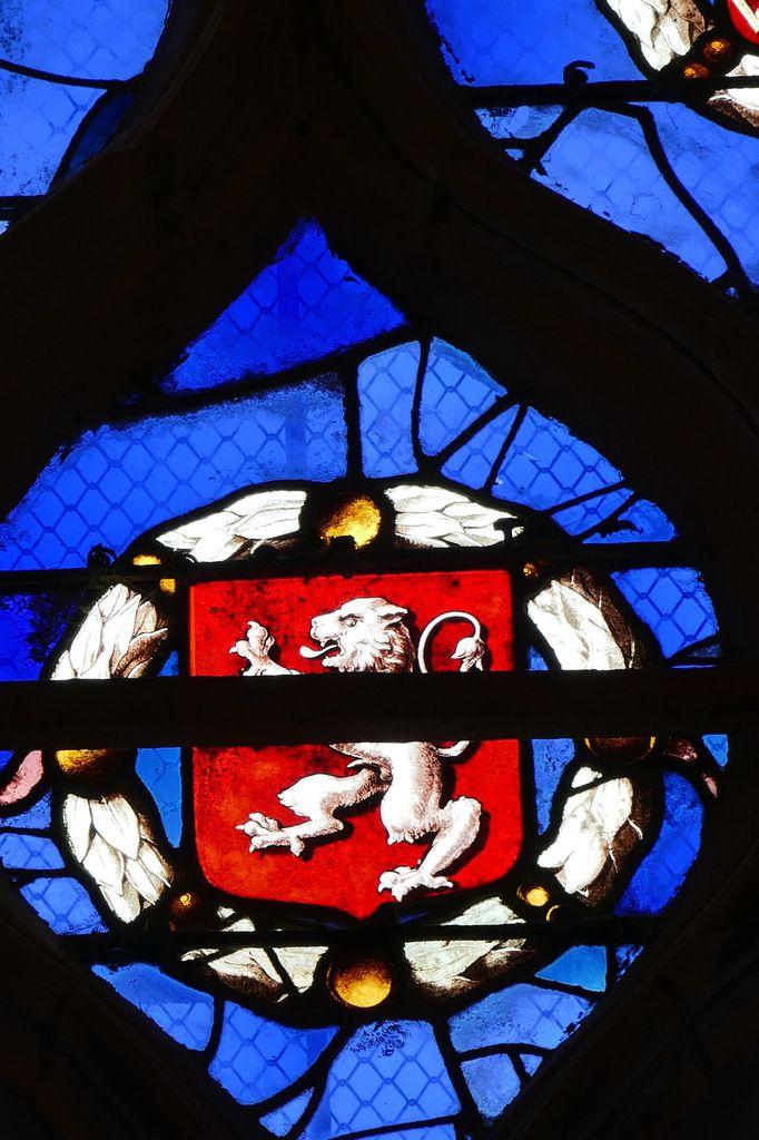 Blason du tympan de la maîtresse-vitre de l'église Saint-Yves de La Roche-Maurice. Photographie lavieb-aile septembre 2017.