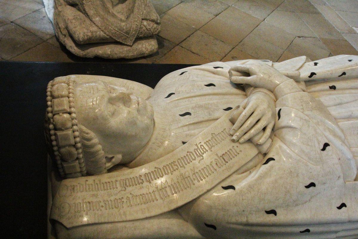 Dans la crypte : le gisant de Jean de Berry. Photo lavieb-aile 2014.