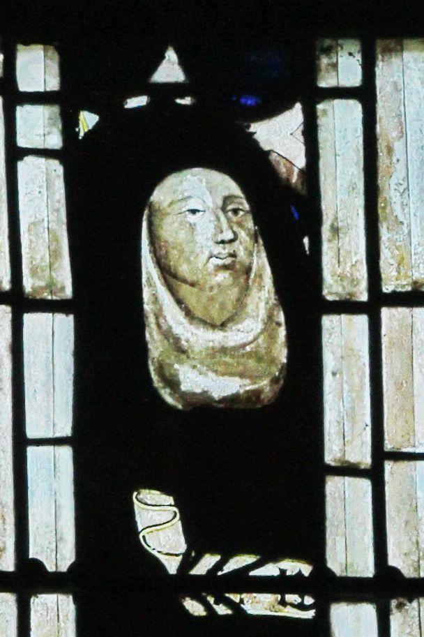 Baie 4, anciennes verrières (avant 1405) de la Sainte-Chapelle de Bourges, crypte de la cathédrale de Bourges. Photographie lavieb-aile 2014.