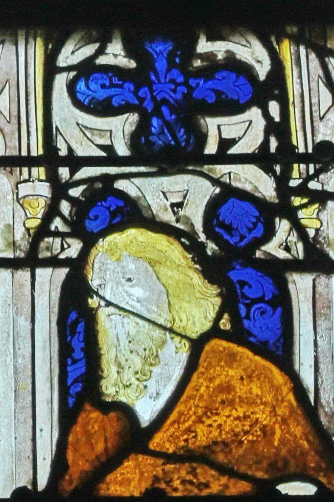 Baie 7, anciennes verrières (avant 1405) de la Sainte-Chapelle de Bourges, crypte de la cathédrale de Bourges. Photographie lavieb-aile 2014.