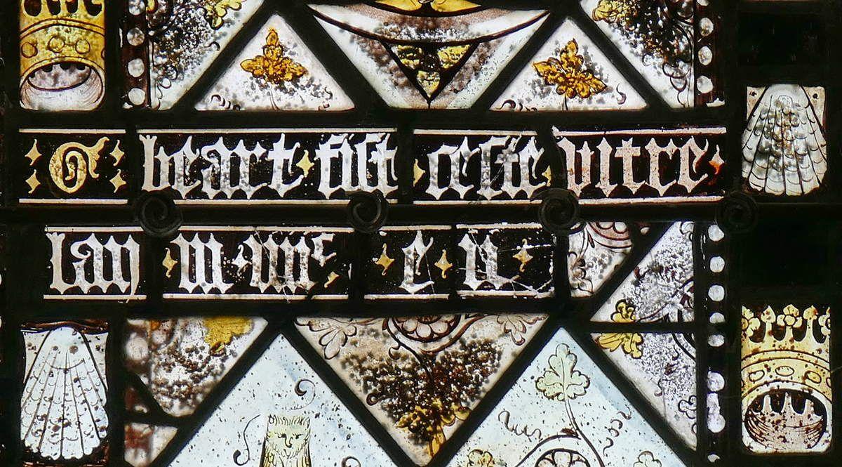 Inscription du bas de la lancette G de la partie inférieure de la maîtresse-vitre de  la chapelle Saint-Jacques de Merléac. Photographie lavieb-aile septembre 2017.