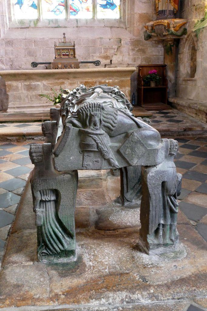 Le cénotaphe de saint Ronan (kersanton, vers 1423) dans la chapelle du Pénity, église de Locronan. Photographie lavieb-aile novembre 2017.