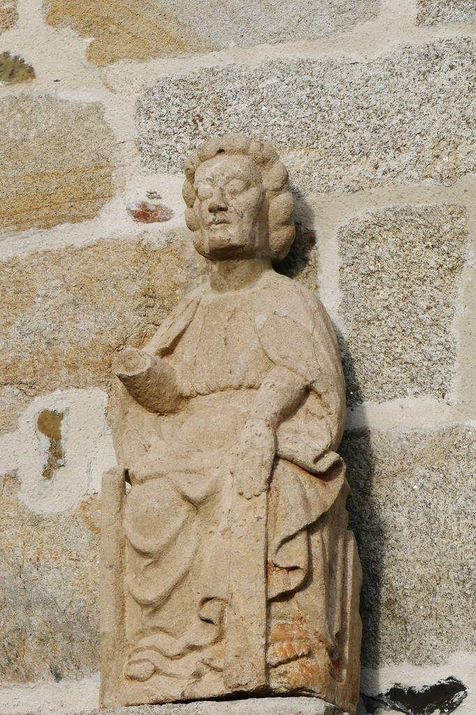 La statue en pierre de saint Jacques en majesté, porte sud de la chapelle Saint-Jacques à Merléac. Photographie lavieb-aile novembre 2017.