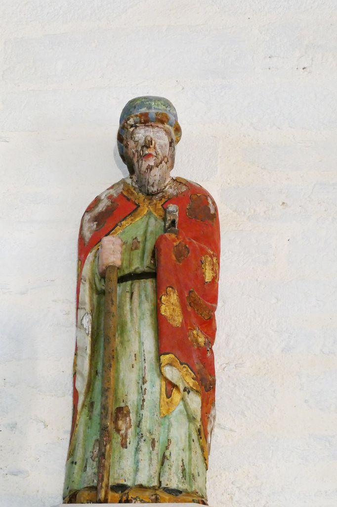 La statue en bois de saint Jacques en long surcot, maître-autel de la chapelle Saint-Jacques à Merléac. Photographie lavieb-aile novembre 2017.