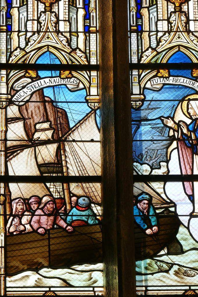 Verrière du Pèlerinage des marins (Champigneulle, 1902), baie 6, chapelle Notre-Dame-de-la-Cour à Lantic. Photographie lavieb-aile septembre 2017.