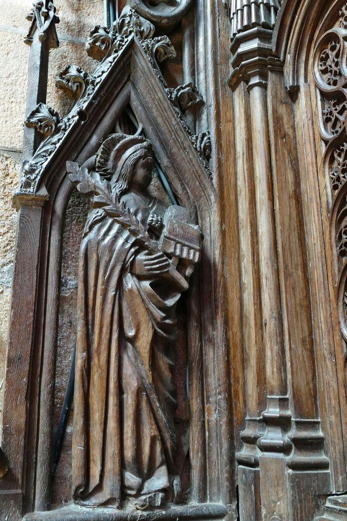 Sainte, vierge et martyre, tenant un livre, jouée haute nord-ouestdes stalles nord de la cathédrale Saint-Pol-de-Léon. Photographie lavieb-aile juillet 2017.