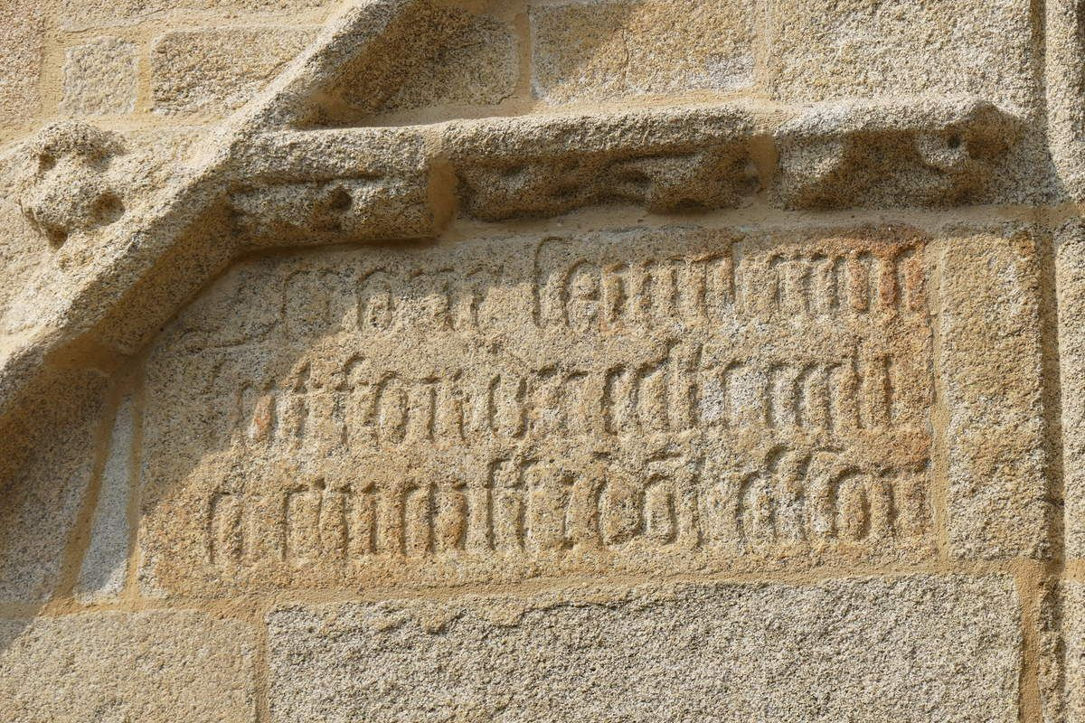 Inscription de fondation, porche sud (1508-1509) de l'église Saint-Nonna  de Penmarc'h. Photographie lavieb-aile septembre 2017.