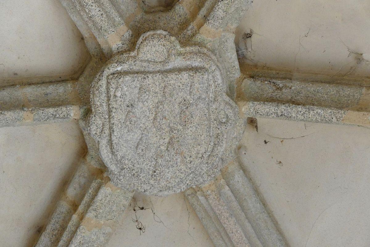 Clef de voûte du   porche sud (1508-1509) de l'église Saint-Nonna  de Penmarc'h. Photographie lavieb-aile septembre 2017.