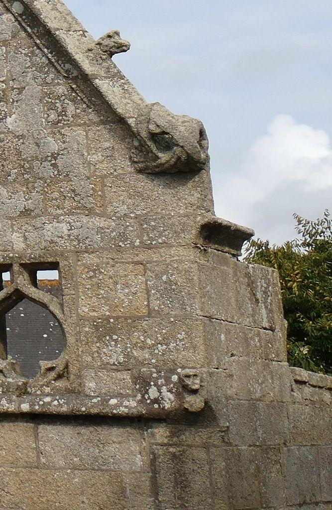 Les crossettes du sud de l'église Saint-Nonna de Penmarc'h. Photographie lavieb-aile septembre 2017.