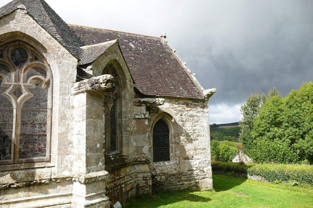 Les deux gargouilles G1 et G2 du pan nord du chevet de  l'église de Loc-Envel. Photographie lavieb-aile 16 septembre 2017.