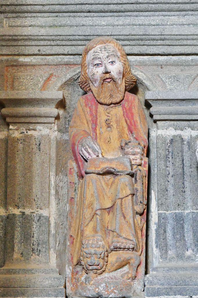 L'évangéliste Marc sculpté par Roland Doré, 1618-1663, kersanton polychrome. Fonts baptismaux  de l'église Notre-Dame de Bodilis. Intérieur, angle nord-ouest. Photographie lavieb-aile avril 2018.