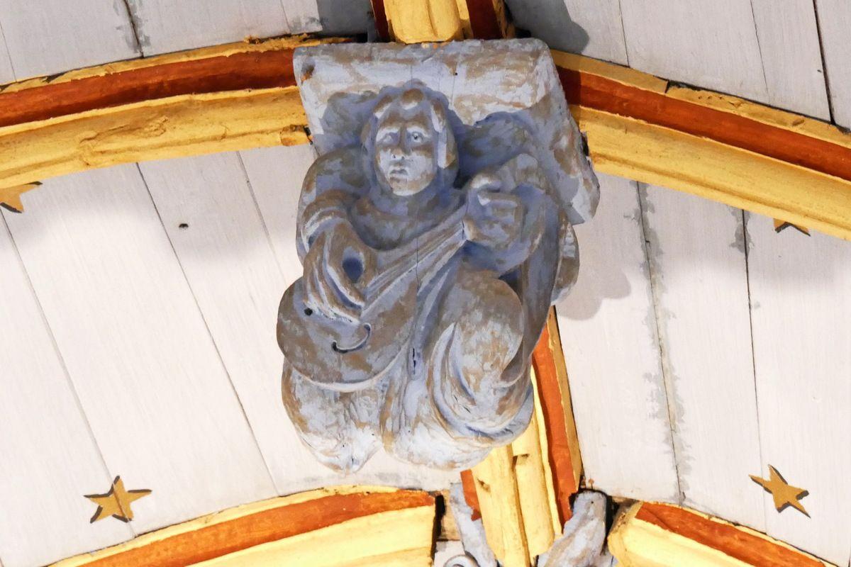 Ange musicien, poinçon de la charpente de l'église de Bodilis. Photographie lavieb-aile avril 2018.