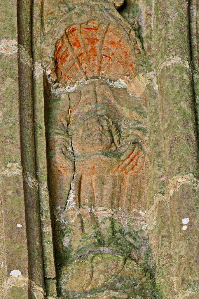 Saint Miliau céphalophore, (kersanton, 1570),  gorge  extérieure gauche du piédroit du portail intérieur du porche sud de l'église de Bodilis. Photographie lavieb-aile mai 2018.