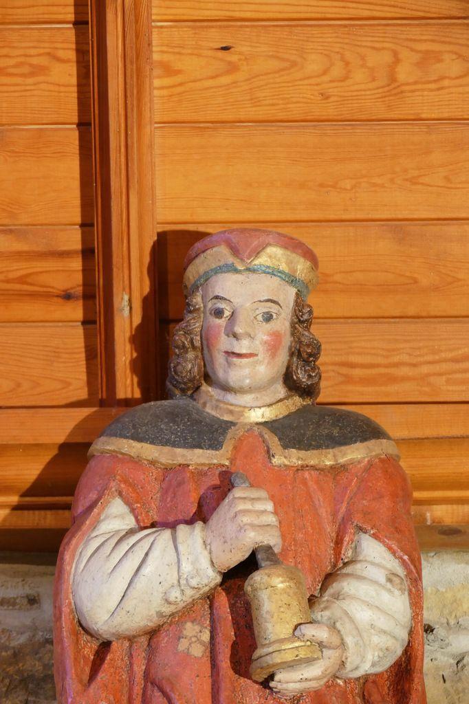 Saint Damien, (bois polychrome, XVIIe siècle) tenant le pilon et le mortier,  chapelle Sainte-Christine à Plougastel. Photographie lavieb-aile 30 mai 2018.