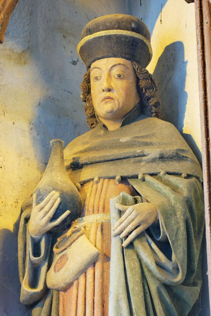 Saint Côme tenant l'urinal, bois polychrome, XVIIe siècle, chapelle Saint-Côme et Saint-Damien, Saint-Nic. Photographie lavieb-aile 3 juin 2018.