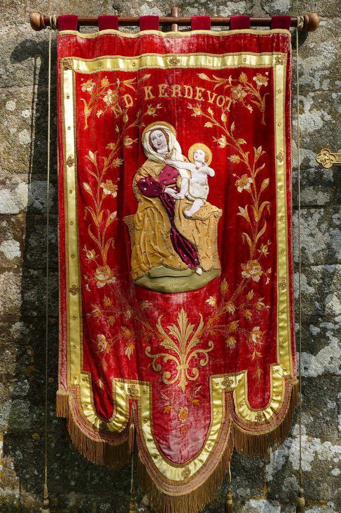 Bannière de Kerdévot lors du Pardon de la chapelle Saint-Côme et Saint-Damien de Saint-Nic le 3 juin 2018. Photographie lavieb-aile.