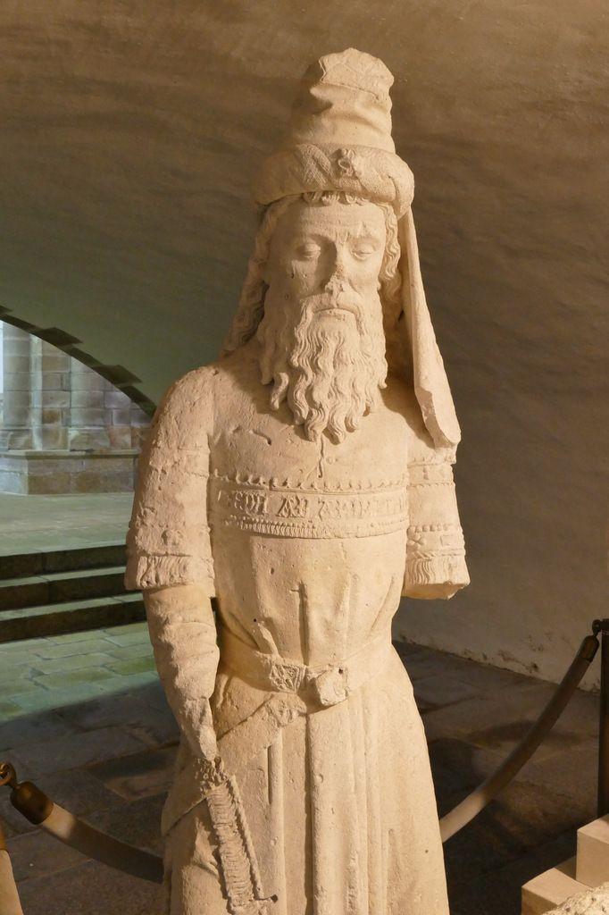Joseph d'Arimathie, Mise au tombeau, (calcaire, vers 1500), Abbatiale Sainte-Croix de Quimperlé. photographie lavieb-aile 17 juin 2018.