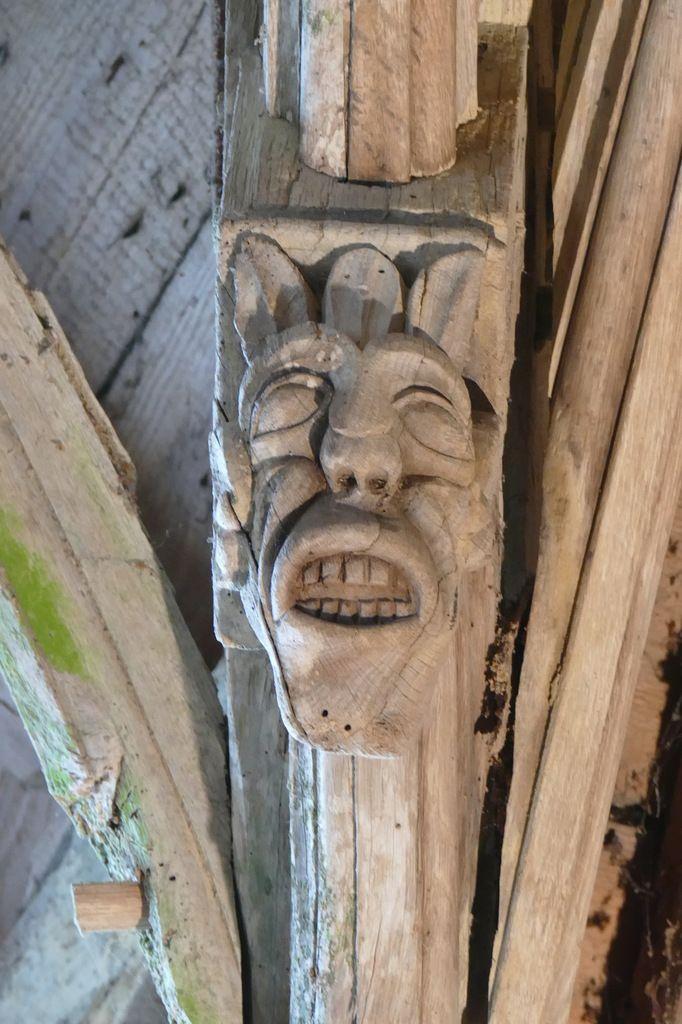 Culots de la charpente de la nef de la chapelle Saints Côme-et-Damien à Saint-Nic. Photographie lavieb-aile juin 2018.