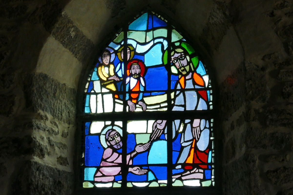 Vitrail de Pierre marchant sur les eaux, Yves Saint-Front 1967, dalle de verre sur ciment. Chapelle de la Grande Île, Chausey. Photographie lavieb-aile septembre 1018.