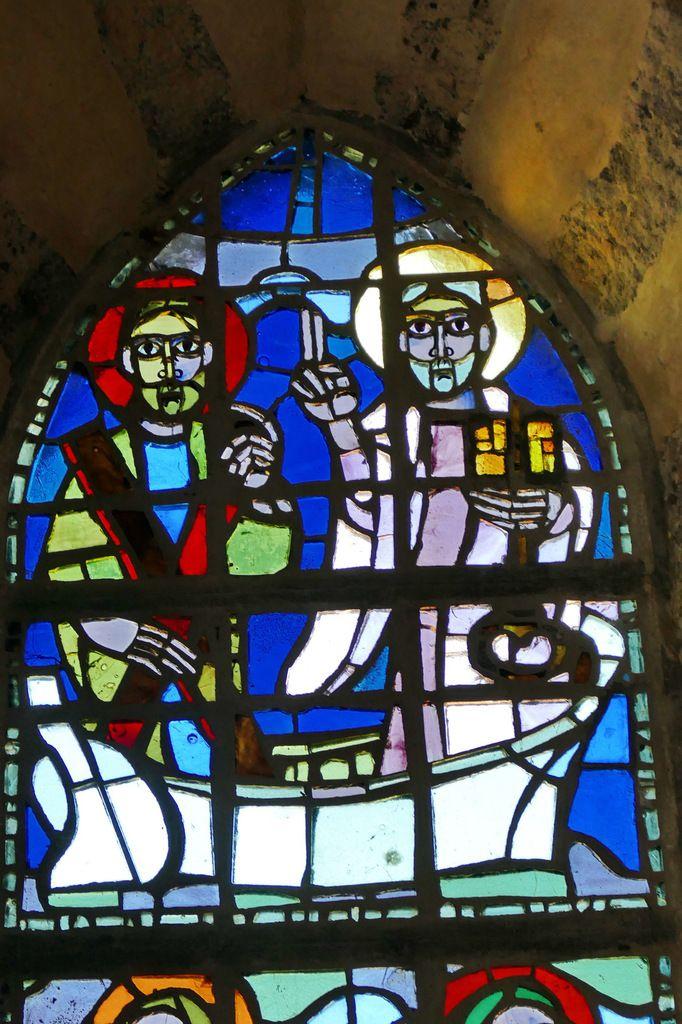 Vitrail des quatre apôtres pêcheurs, Yves Saint-Front 1967, dalle de verre sur ciment. Chapelle de la Grande Île, Chausey. Photographie lavieb-aile septembre 1018.