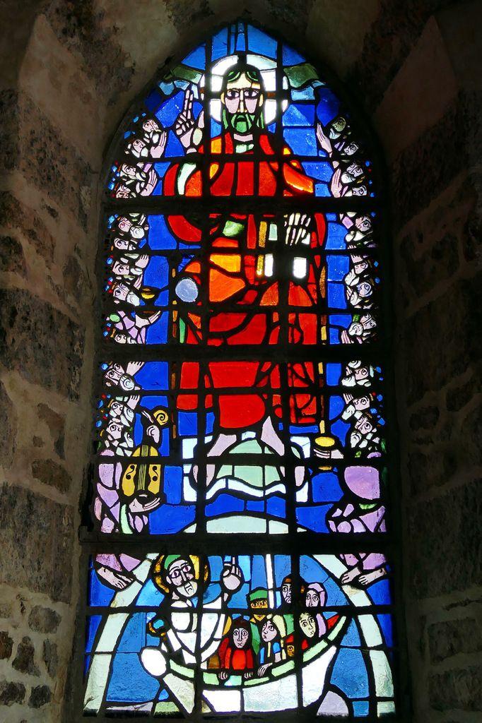 Vitrail du Christ ressuscité, Yves Saint-Front 1967, dalle de verre sur ciment. Chapelle de la Grande Île, Chausey. Photographie lavieb-aile septembre 1018.