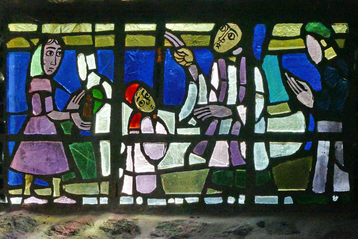 Vitrail du Baptême du Christ, Yves Saint-Front 1967, dalle de verre sur ciment. Chapelle de la Grande Île, Chausey. Photographie lavieb-aile septembre 1018.