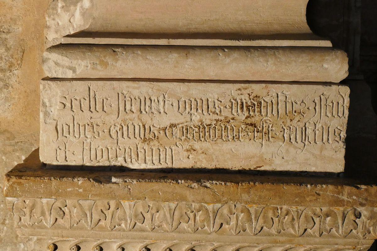Cénotaphe (pierre calcaire, Jean  Juste, 1507) de l'évêque de Dol Thomas James dans la cathédrale de Dol-de-Bretagne. Photographie lavieb-aile juillet 2018.