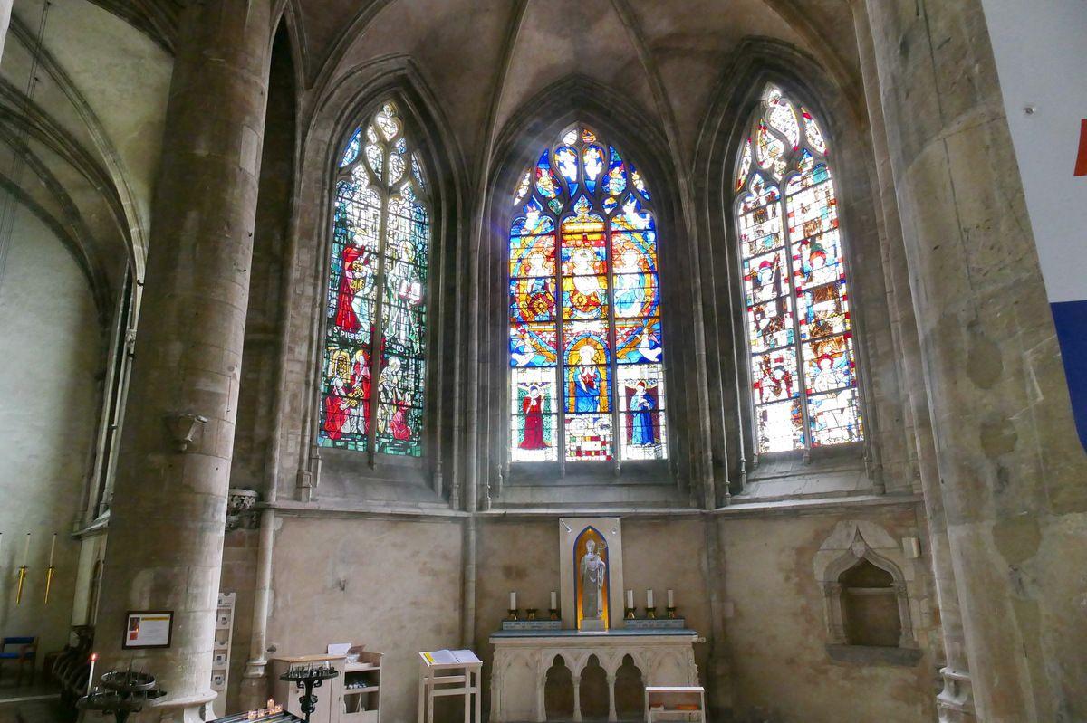 Verrière de la Trinité (Arnoult de Nimègue, vers 1513) et de Côme et Damien (fin XVe), baie 8, chapelle Saint-Thomas, église Notre-Dame de Saint-Lô. Photographie lavieb-aile septembre 2018.