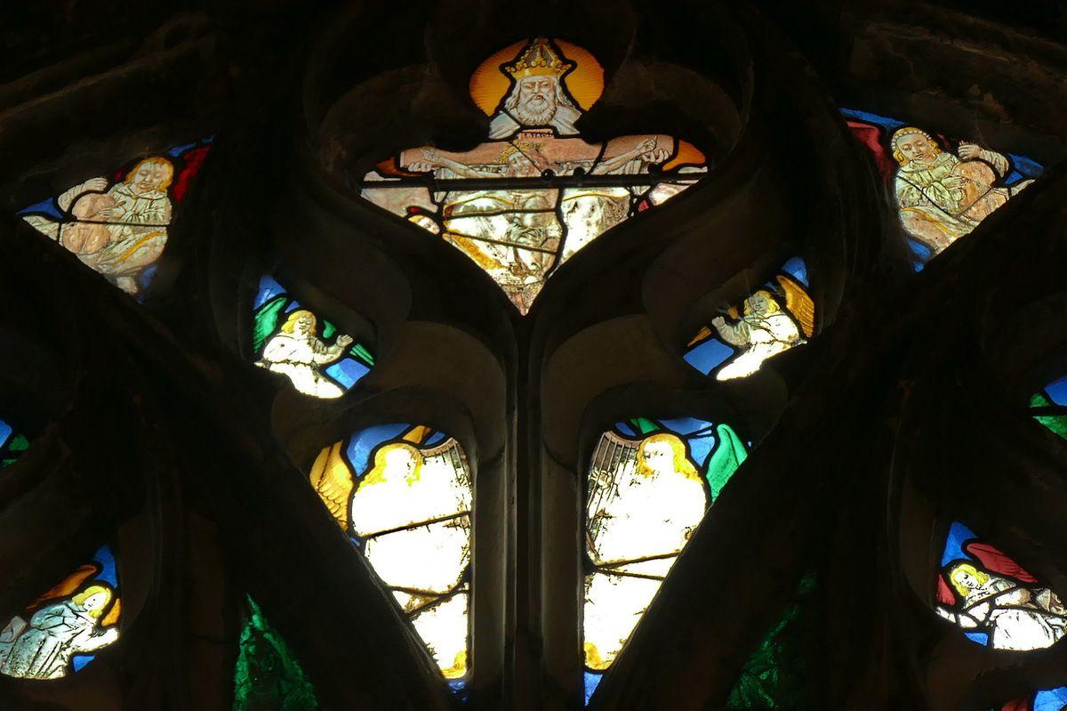 La verrière des Apparitions du Christ de l'église de Louviers, et les Jeux théâtraux de Pâques.