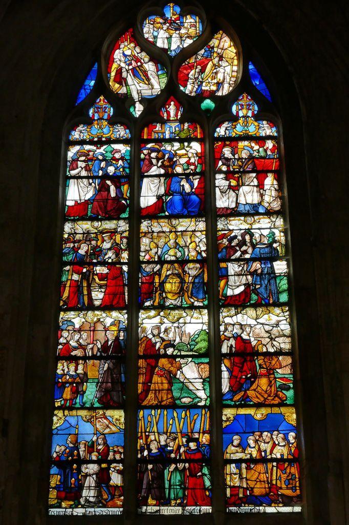 Verrière de la vie de saint Ouen, offerte par   la confrérie du Saint Sacrement vers 1515, baie 18 de l'église de Pont-Audemer. Photographie lavieb-aile août 2018.