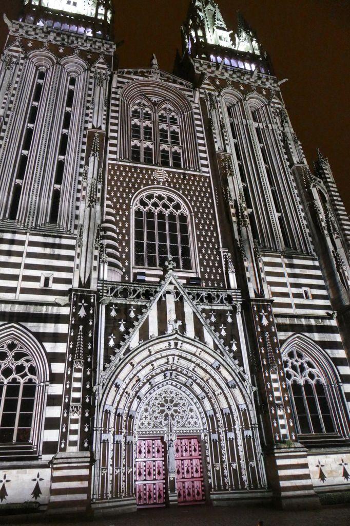 Iliz-veur : La cathédrale de Quimper transfigurée la nuit.