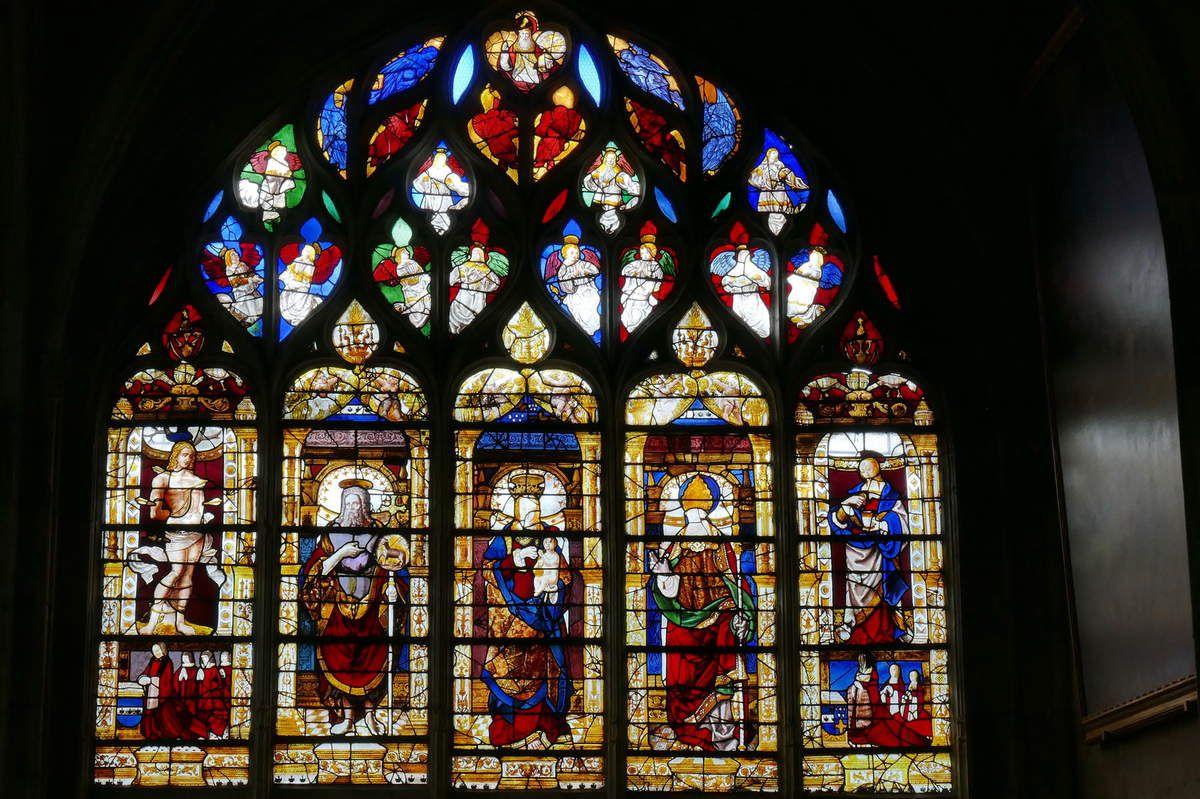 Verrière de la Vierge et de 4 saints, baie 16 de l'ancienne collégiale Notre-Dame du Grand- Andely. Photographie lavieb-aile 25 août 2018.